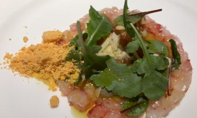 Il Carpaccio di gamberi rossi di Mazara di Alessandro Narducci, chef di Acquolina, ristorante all'interno del The First Hotel a Roma