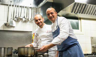 Luca Pezzetta, chef-pizzaiolo di casa all'Osteria di Birra del Borgo e Pino CuttaiadellaMadiadi Licata (Agrigento), nell'appuntamento di chiusura di Chef Bizzarri, ciclo di cene organizzato da Birra del Borgo(fotogallery a cura di Alberto Blasetti)