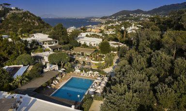 Vista dall'alto del meraviglioso Botania Resort & Spa, eccellenza dell'ospitalità ischitana immersa nel verde