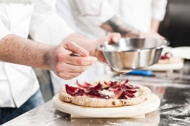 La seconda pizza è invece uno sguardo attento e curioso verso ciò che ha scoperto in terra lombarda, dove su un impasto integrale conPetra 9aggiunge dell'ottimo gorgonzola, radicchio croccante e una riduzione di prugna