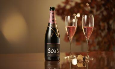 Il Grand Vintage 2013 diMoët & Chandon in versione roséhaun assemblaggiocon una prevalenza di Pinot Nero (44% di cui 14% di vino rosso), 35% Chardonnay e 21% Meunier