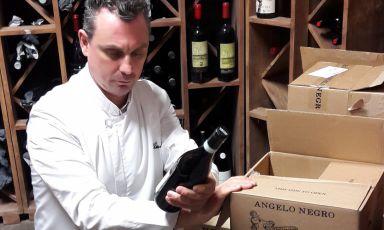 Claudio Ruta con i vini Angelo Negro
