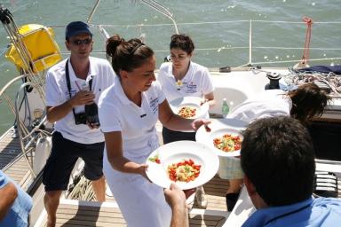 L'arrivo dei piatti al Timoteo, postazione della giuria. Qui in primo piano Marianna Vitale, chef del ristorante Sud a Quarto (Napoli)