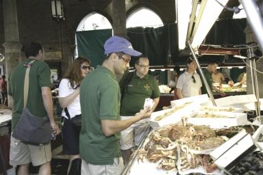 Gli chef fanno la spesa per la cambusa, qui Roberto Petza, chef del ristorante S'Apposentu di Casa Puddu a Siddi (Oristano)