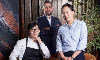 Chang Liu, Egidio Giovannini e Suili Zhou, rispettivamente nuovo chef, maitre/sommelier e patronne del ristorante Mu dimsum a Milano, la più ambiziosa delle 5 insegne del gruppo