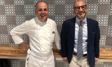 """Lo chef belga Alois Vanlangenaeker e il general manager brescianoAndrea Zana, al lavoro alSan Pietro di Positano, rispettivamenteda 20 e 10 anni. Nel 1996, la rivista americana Travel & Leisure, lo definì la struttura""""il miglior piccolo albergo del mondo"""""""