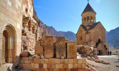 Il monastero duecentesco di Noravank, a pochi chilometri da Yerevan, capitale dell'Armenia. Dall'Italia all'Armenia si può volare via Francoforte,Vienna o Parigi, in circa 4 ore di volo(tutte le foto sono di David Egui)