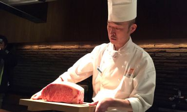 Lo chef del ristorante Kobe Plaisir di Kobe regge sul vassoio due magnifiche entrecôte di manzo. La carne di Kobe è tra i simboli gastronomici più noti al mondo della capitale della prefettura di Hyogo, 560 chilometri a sud-ovest di Tokyo. Una terra di grandi prodotti, dal sakè ai fagioli neri di soia, dal pepe di Asakuro alle cipolle di Awaji. Li abbiamo scoperti in un viaggio di cinque giorni, organizzato da Jetro Kobe e Jetro Italia(foto e fotogalleryZanatta)
