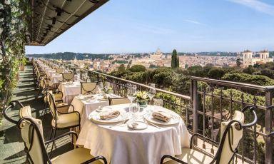 La scenografica terrazza del ristorante Mirabelle, al settimo piano dell'hotel Splendid Royal di Roma
