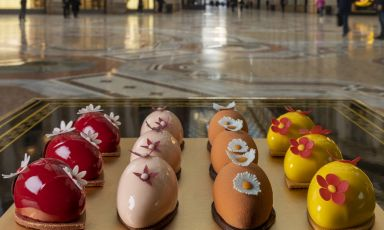 Le nuove Uova di Cracco, esposte nella vetrina di Cracco in Galleriaa Milano. Tutte le foto sono diGiovanni Malgarini