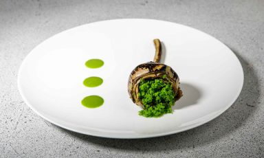 Carciofo violetto di Schito, lardo di Colonnata, aglio e prezzemolo, uno dei piatti con cuiCristoforo Trapani, chef delMagnolia dell'hotel Byron, a Forte dei Marmi, ha stregato Identità Golose Milano nel marzo scorso