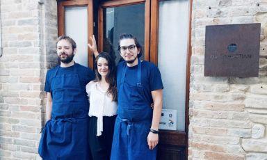 Carlo Sebastiani, Alice Vannicola e Maicol Pasquali davanti all'ingresso del ristorante da Sebastiani a Ortezzano in provincia di Fermo aperto per il primo servizio il 2 giugno 2021