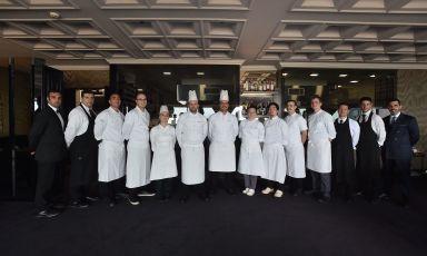 Staff al completo del George, ristorante gastronomico dello storico Grand Hotel Parker's di Napoli. Al centro, sesto da sinistra, lo chef Domenico Candela