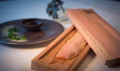 Il Salmerino cotto in bassa temperatura nel legno di cedro con salsa di aceto di lamponidi HelmutRachinger, chef del ristorante Mühltalhof di Neufelden. E' uno dei piatti che troveremo nel padiglione dell'Austria all'Expo milanese. Per l'Esposizione universale, Vienna ha deciso di scommettere sui cuochi più innovativi del paese, un esempio da imitare