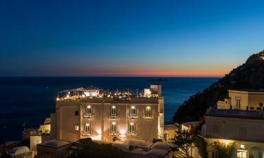 L'hotel Villa Franca, che domina Positano. Ospita il ristorante Li Galli, punto di riferimento gourmet, lo chef è Savio Perna
