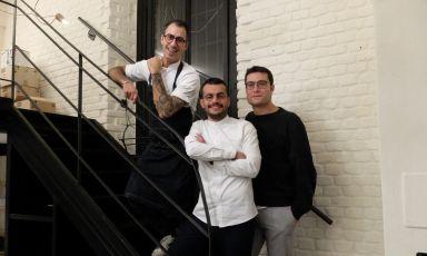 Lo chef Marco Misceo,il sommelier Giampiero Romanoe patronAngelo Fusillo: è il trio del nuovo Olio - Cucina Fresca di Milano. Le foto sono di Tanio Liotta