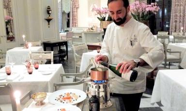 Vito Mollica impegnato a terminare la preparazione del suo splendido risotto nella sala de Il Palagio del Four Seasons di Firenze