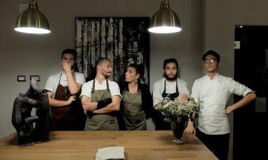 Lo staff del Radici a San Fermo della Battaglia (Como): al centro si guardano lo chef Mirko Gatti e la compagna, Sara Pau, che coordina la sala. Con loro, da sinistra, Marco Manenti, Vito Di Mondo e Damiano Torturo