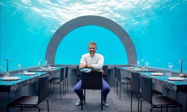 Andrea Berton posa nella sala del suo nuovo H20 by Chef Andrea Berton, ristorante del resort You & Me by Cocoon, alle Maldive