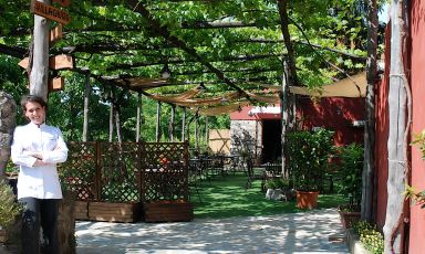 Faby Scarica davanti all'ingresso di Villa Chiara Orto & Cucina, il ristorarante nel verde che ha aperto il 12 febbraio 2015