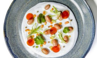 Red beans, coconut milk and red tea jelly, a recipe by vegan chef Simone Salvini (photo by Emanuele De Marco)