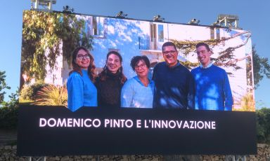 Domenico Pinto e la sua famiglia sullo schermo durante l'evento di fine maggio alla tenuta che a Mola di Bari porta il suo cognome