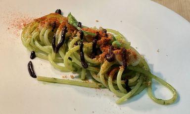 Spaghetti, crema di aglio, aglio orsino e aglio nero, peperoncino e peperone crusco:il piatto della rinascita di Anna Barbina