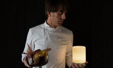 Davide Oldani con una delle lampade della linea Bontà cheha disegnato per Artemide. Lo chef è stato protagonista ieri di un talk al Supersalone di Milano, come tema proprio il rapporto tra food e design