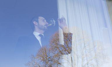 """Gianni Sinesi, """"uomo della cantina""""al Reale Casadonna di Castel di Sangro, fotografato da Barbara Santoro dietro a una finestra della struttura"""