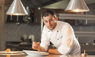Giuseppe Biuso, classe 1988, è da due anni chef a Il Cappero, il ristorante gastronomico del Therasia Resort a Vulcano