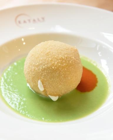 La Palla di Mozzarella di Rosanna Marziale, chef del ristorante Le Colonne a Caserta: il cuore della mozzarella fritta è costituito da capelli d'angelo, pesto e Grana Padano