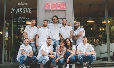 Ilaria Puddu(terza da destra in basso) imprenditrice legata ai marchi di Pizzium, Marghe, Crocca, Giolina eGelsomina, e una parte del suo team. Terrà lezione lunedì 27 settembre a Identità di Pizza (Sala Blu 2, ore 10.30)