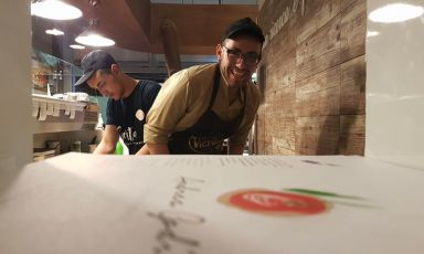 Andrea Godi, 27 anni da Novoli (Lecce). Figlio d'arte, il 15 agosto 2015 ha aperto nel capoluogo barocco, in viaAdriatica 4d, la pizzeria 400 gradi(telefono +39.391.3318359),mietendo grandi consensi da subito. Oggi il bis con Cinema, pizza in teglia Bonci-style (foto del servizio di Sonia Gioia)