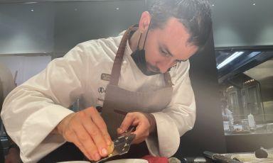 Gianluca Gorini intento a grattare il tartufo di Appennino Food Group al pass di Identità Golose Milano
