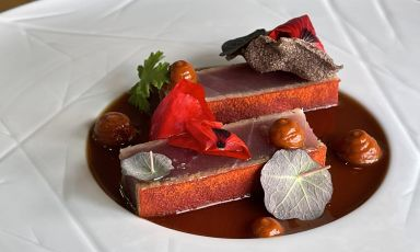 """Tonno """"in crosta di papavero"""", jus di vitello, rosa canina:il piatto della rinascita di Davide del Duca"""
