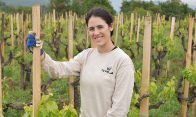 Giulia Monteleone, classe 1989, coltiva l'amore per il vino, prima scrivendone, poiabbandonandouna carriera forense, a partire dal 2016 decide di produrre il suo alle pendici dell'Etna. Assieme a suo marito Benedetto Alessandro e al padre,ha dato vita all'azienda Monteleone