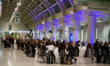 La Galleria centrale dell'Ospedale di Niguarda, per una sera da tre anni a questa parte diventateatro della cena di gala per sostenere il lavoro di NeMO (Foto diDenis CapuozzoloedElena TagliatiPhotoartist)
