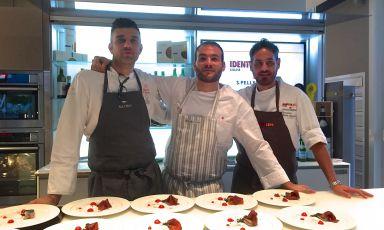 Da sinistra, Riccardo Di Giacinto e Marco Martini col resident chef di Identità Expo S.Pellegrino, Domenico della Salandra. Ieri sera sono stati protagonisti della prima di una serie di sei serate dedicate all'eccellenza della tavola laziale