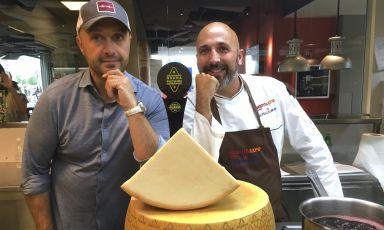 Joe Bastianich e Andrea Ribaldone si raccontano e raccontano la cucina a Identità Expo S.Pellegrino, davanti a una bella forma di Grana Padano