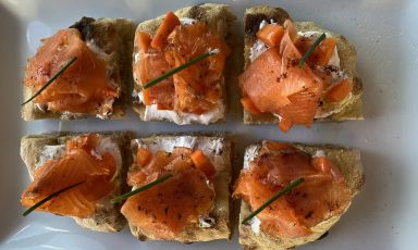 Focaccia di kefir con il suo yogurt, salmone, carote marinate alla sambuca e caffè:il piatto della rinascita di Alessandro Coppari