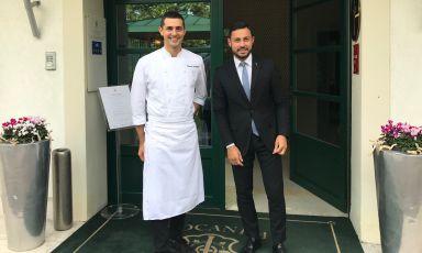 Lo chef Edoardo Fumagalli e il restaurant manager Aleksandar Valentinov Nikolaev davanti all'entrata della Locanda Margon, ristorante di Cantine Ferrari a Trento