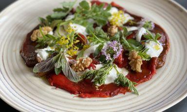 Peperoni rossi bruciati come un carpaccio, erbe amare, noci, stracciatella: il piatto della rinascita di Cesare Battisti