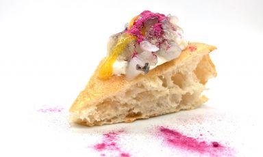 La Gamberi & passion fruit: una vera, raffinata delizia (e anche una pizza bellissima) realizzata da Ivan Gorlani all'Era Pizza di Monza, anche in versione delivery o asporto, come in questo caso. La foto è di Tanio Liotta