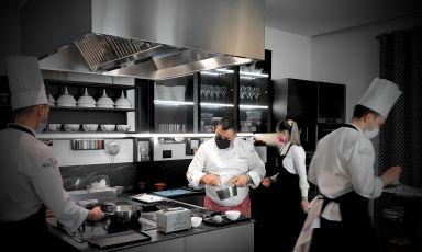 Felix Lo Basso, al centro, mentre lavora nella cucina del suoFelix Lo Basso Home&Restaurantdi Milano, Tanio Liotta lo fotografa dal bancone seduti al quale noi aspettiamo i piatti, è la formula di questa nuova proposta in città, davvero interessante