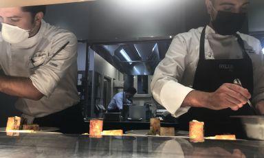 Lo chef Gabriele Muro del ristorante Adelaide all'Hotel Vilòn Luxury di Roma con il pasticciere di origine salentina, Andrea De Benedetto al pass di Identità Golose Milano. Sarà possibile gustare la cucina procidana di Muro ancora per questa sera, sabato 16 ottobre. Per prenotare il tuo tavolo, visita il sito dell'Hub