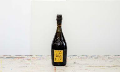 Una bottiglia elegante creata dall'artista giapponeseKusama, che celebra l'energia vitale di Madame Clicquot. La nuova bottiglia della Maison si veste di motivi a pois accompagnati dai fiori inconfondibili dell'artista giapponese