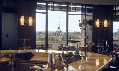 La Torre Eiffel vista dall'interno della Langosteria Parigi. Foto Cécile Guillaume