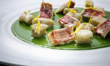 Gnocchi di sedano rapa e alghe, pesto di lattuga e triglie: il piatto del 2021 di Luigi Pomata