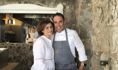 Luigi Tramontano e Nicoletta Gargiulo, coppia sul lavoro e nella vita: innervano del loro entusiasmo e della loro competenza il ristorante La Serra, l'indirizzo gastronomico (poi c'è anche il Remmese, locale più semplice) del magnifico hotel Le Agavi, cinque stelle lusso con vista su Positano