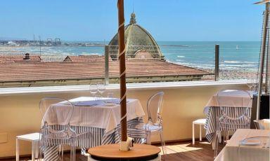La vista dalla terrazza panoramica del Grand Hotel Principe di Piemonte, dove ha trovato posto la sede viareggina del Maitò
